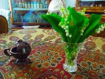 Inre av huset med blommor royaltyfri fotografi