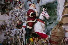 Inre av jul shoppar i Ponte San Giovanni med Santa Claus Arkivfoto