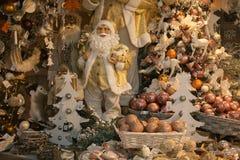 Inre av jul shoppar med garneringar, Santa Claus och bollar för vintertid Fotografering för Bildbyråer