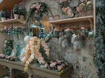 Inre av jul shoppar med många garneringar Arkivfoto