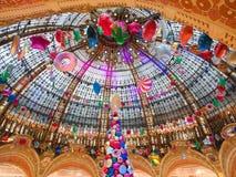 Inre av köpcentret Galeries Lafayette lokaliserade boulevarden fotografering för bildbyråer