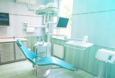 Inre av kabinettet av tandläkaren med modernt Arkivbilder