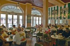 Inre av kaffehuset i fransk fjärdedel av New Orleans, Louisiana i morgonen Fotografering för Bildbyråer