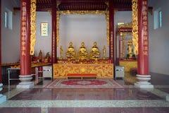 Inre av kantonrelikskrin med guld- förebilder på ett utsmyckat altare royaltyfria foton