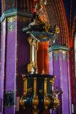 Inre av katolska kyrkan som byggs i det femtonde århundradet i den gotiska stilen royaltyfri foto