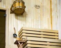 Inre av klassisk träbastu för finlandssvensk bastu arkivbild