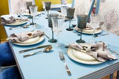 Inre av klassiskt vitt kök- och äta middagområde; den tjänade som tabellen för 6 personer, blått tonar Royaltyfri Fotografi