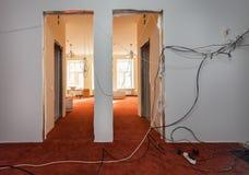 Inre av korridoren av lägenheten med tillfällig elkraft binder under förbättring eller att omdana, renovering, förlängning, Fotografering för Bildbyråer