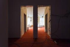 Inre av korridoren av lägenheten med tillfällig elkraft binder under förbättring eller att omdana, renovering, förlängning Arkivfoto