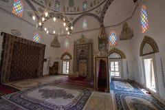 Inre av Koskien Mehmed Pasha Mosque som sedd från väsentligen byggt om efter kriget, denna 1618 kupolformiga moské har en minaret royaltyfri bild