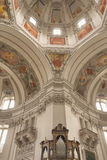 Inre av kupolen av den Salzburg domkyrkan (Österrike) royaltyfria bilder