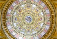 Inre av kupolen Dekorerat tak med väggmålningen och guld Royaltyfria Bilder