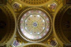 Inre av kupolen Dekorerat tak med väggmålningen och guld Royaltyfri Fotografi