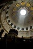 Inre av kyrkan av den heliga griften i Jerusalem Royaltyfria Bilder