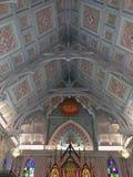 Inre av kyrkan av den Niwet Thammaprawat templet Härligt insidatak, Ayutthaya, Thailand royaltyfri fotografi
