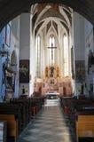 Inre av kyrkan med höga valv royaltyfria foton