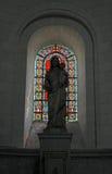 Inre av kyrkan, med målat glassfönstret Arkivfoto