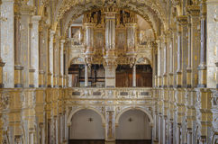 Inre av kyrkan med organet Royaltyfria Foton