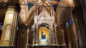 Inre av kyrkan av Orsanmichele, med Andreaens Orcagnas juvelprydda gotiska Taberna arkivbilder