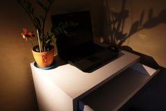 Inre av lägenheten med ett skrivbord och en bärbar dator arkivfoton