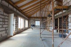 Inre av lägenheten med stegar under under-renovering, omdana och konstruktion som förbereder sig att rappa Arkivfoton