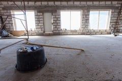 Inre av lägenheten med stegen under den under-plast- handfatet för renovering, för omdana och för konstruktion med skyddar expone Royaltyfri Bild