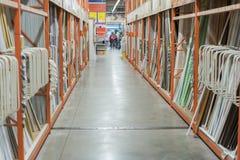inre av maskinvaruåterförsäljaren med gångar, hyllor, kuggar av golvet för isolering för byggnadsmaterial till taket royaltyfri foto