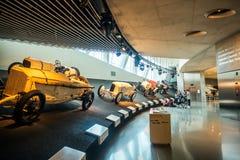 Inre av Mercedes Benz Museum i Stuttgart Arkivfoto