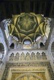 Inre av Mezquita-Catedral en medeltida islamisk moské som var Royaltyfria Bilder