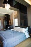 Inre av modernt rum eller sängrum, klassiskt lyxigt sovrum med garnering, modernt sovrum med garnering fotografering för bildbyråer