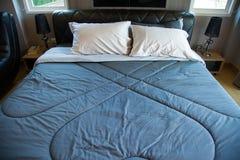 Inre av modernt rum eller sängrum, klassiskt lyxigt sovrum med garnering, modernt sovrum med garnering royaltyfri bild