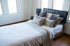 Inre av modernt rum eller sängrum, klassiskt lyxigt sovrum med garnering, modernt sovrum med garnering royaltyfri fotografi