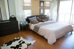 Inre av modernt rum eller sängrum, klassiskt lyxigt sovrum med garnering, modernt sovrum med garnering arkivfoto