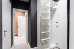 Inre av modernt tomt garderobrum Modernt standart rum för hotell enkel och stilfull inre Inre belysning Arkivbild