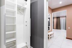 Inre av modernt tomt garderobrum Modernt standart rum för hotell enkel och stilfull inre Inre belysning Royaltyfri Fotografi
