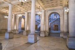 Inre av operahuskorridoren med trappa Arkivbilder