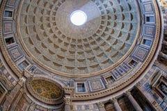 Inre av panteon med den berömda solen rays i Rome, Italien Arkivfoto