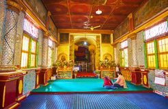Inre av relikskrin för bild för gästgivargårdThein Buddha, Indein, Myanmar Royaltyfri Bild