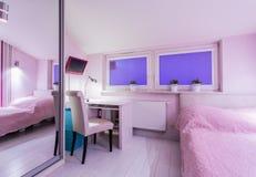 Inre av rosa färgrum med säng Royaltyfri Bild