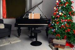 Inre av rum med piano- och granträdet Jul Royaltyfri Bild