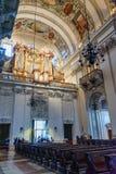 Inre av Salzburg domkyrka- eller Salzburger Dom ?r barockt roman - katolska kyrkan i Salzburg _ arkivfoto
