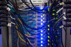 Inre av serveren med trådblått Arkivfoto