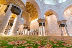 Inre av Sheikh Zayed Grand Mosque i Abu Dhabi Arkivbilder