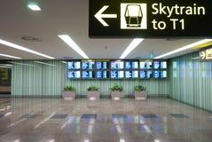 Inre av Singapore Changi den internationella flygplatsen med skärmar arkivbilder