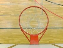 Inre av skolaidrottshallen med den basketbrädet och korgen Säkerhetsnät över fönster fotografering för bildbyråer