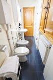Inre av smalt toalettrum arkivfoton