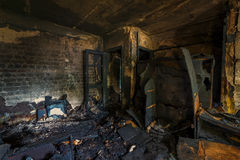 Inre av som bränns av brandlägenheten i en hyreshus, bränt möblemang Arkivbild