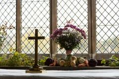 Inre av St Mary Church Swinbrook Arkivfoton