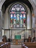 Inre av Sts Mary kyrka, Rickmansworth inklusive målat glassfönster royaltyfri bild