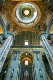 Inre av Sts Peter basilika i Rome Arkivfoto